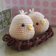 Adorable love birds (too bad no pattern) Crochet Birds, Crochet Food, Easter Crochet, Crochet Animals, Crochet Crafts, Crochet Projects, Diy Tricot Crochet, Knit Or Crochet, Cute Crochet