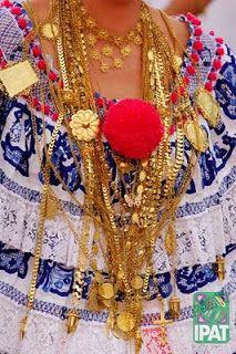 """El Traje Tipico de PANAMA """"LA POLLERA"""", con todos sus cadenas de oro."""