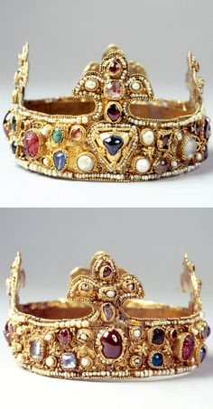 German: Essen crown - The small crown is the oldest surviving crown of lilies in Europe. The gold band with 4 lilies is decorated with filigree patterns of coupled gold wires, set with pearls and precious stones. Medieval Jewelry, Ancient Jewelry, Antique Jewelry, Vintage Jewelry, Royal Crowns, Royal Tiaras, Tiaras And Crowns, Crown Royal, Ring Armband
