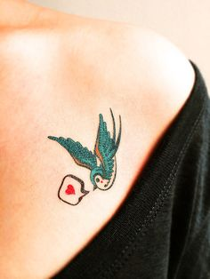 Tatuagem temporária ANDORINHAS Renovação, pureza, boa sorte, lealdade e amor, são apenas alguns dos significados associados às Andorinhas. www.tattooux.com #tatuagenstemporarias #delicadas #femininas