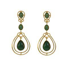 Brinco folheado a ouro com pedra natural na cor verde-esmeralda