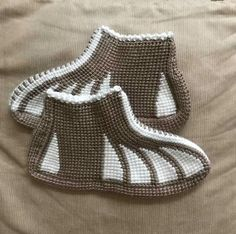 This Pin was discovered by Umm Crochet Shoes Pattern, Crochet Slippers, Tunisian Crochet, Crochet Stitches, Crochet Gifts, Crochet Baby, Baby Knitting Patterns, Crochet Patterns, Sport Weight Yarn