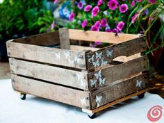 Idee per mettere in ordine: la cassetta in legno vintage con rotelle e…