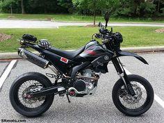 Eine schön umgebaute Yamaha WR 250 X also eine Supermoto