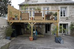 Wooden terrace on stilts - Hanging terrace Deck Railing Design, Patio Deck Designs, Deck Railings, Balkon Design, Wooden Terrace, Patio Shade, Roof Structure, Deck With Pergola, Backyard