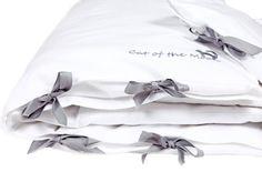 Must have każdej wyprawki! Śnieżno biała pościel do łóżeczka z pięknym srebrnym haftem. 100% bawełny.