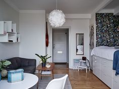 Högst upp i huset med balkong i västläge och sjöutsikt. 25 välplanerade kvardatmeter med stort helkaklat badrum, rymligt rum med alkov och kokvrå. Föreningen är välskött och erbjuder festlokal och en grönskande innergård.