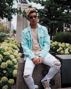 """5,237 mentions J'aime, 55 commentaires - ALEXANDER KENTON LIANG (@alexanderkenton) sur Instagram: """"TGIF! Who else is ready for the weekend?! 🙋♂️ _ Outfit details: @blankandblueco sunglasses @guess…"""""""