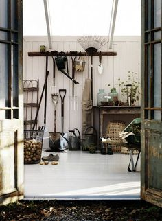 Only wish my garage was that tidy! Gotta get busy. http://vintage-house.blogspot.com/2012/05/pelargon.html