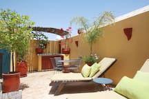 """Maison à Marrakech, Maroc. A quelques pas de la place Jema El Fna. Son jacuzzi sur la terrasse ! Confort, calme, en famille ou entre ami(e)s,  RIEN QUE POUR VOUS ! Idéal pour découvrir et s'immerger dans la vie Marrakchi. (Wifi gratuite)  Vous adorerez  notre riad """"Dar Marl..."""