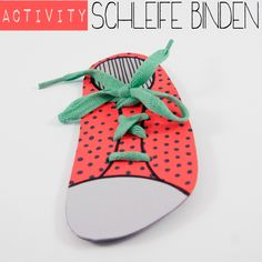 Anleitung für ein Activity-Spiel: Schneide einen Schuhform aus Karton und ziehe einen Schnürsenkel ein - so kannst du prima Schleife binden üben. Perfekt für lange Autofahrten. Ein Tutorial von johannarundel.de