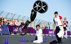 Alessandro Zanardi mostra a força de sua superação e vibra com a medalha nas…