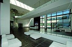 ...Il design interno si presenta pulito ed ampio ripercorrendo le scelte cromatiche e stilistiche dell'intero edificio..