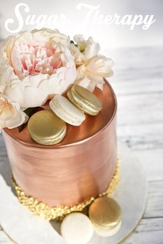 Rose gold, white, and gold cake with macarons, flowers, and sequins by Sugar Therapy. 30th Birthday Cake For Her, Birthday Cake Roses, Rose Gold Cakes, Rose Cake, 30th Anniversary Parties, 50th Wedding Anniversary Cakes, Macaron Cake, Macaron Recipe, Gold And White Cake