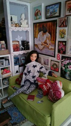 Reading nook, in a walk-in closet. Barbie Room, Barbie Doll House, Barbie Life, Barbie Dress, Modern Dollhouse Furniture, Barbie Furniture, Wooden Barbie House, Barbies Pics, Barbie Fashionista Dolls