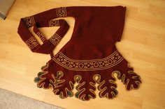 FAQ – embroidered hood with dagging… pattern embroidery. Hood pattern from: The Medieval Tailor's Assistant: Making Common Garments page Pattern for Fig Medieval Dress, Medieval Hats, Medieval Fashion, Medieval Clothing, Renaissance Costume, Medieval Costume, Historical Costume, Historical Clothing, Larp