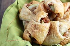 My mouth is watering just looking at these Apple Pie Bites. Delicious, quick & easy mini apple pies made with Pillsbury crescent rolls in less than 30 minutes! Apple Pie Bites, Apple Bite, Mini Apple Pies, Fall Dessert Recipes, Easy Desserts, Delicious Desserts, Yummy Food, Romantic Desserts, Apple Recipes