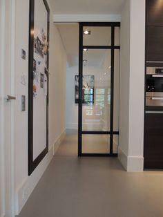 Schuifdeursysteem in een gietvloer verwerkt : Moderne keukens van Design Gietvloer
