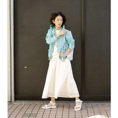 kihoogasawara綺麗な色のマウンテンパーカ。そのほかは白一色でまとめる! ライトマウンテンパーカ¥12800/#freaksstore #スカーチョ¥7400/#freaksstore  別注スポーツサンダル¥7800/#SHAKA