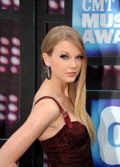Taylor Swift looking nice.
