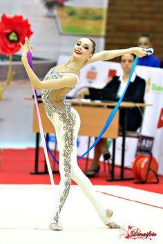 Snoklokke — Anna Sokolova (Russia), junior, ribbon and ball. Rhythmic Gymnastics Costumes, Gymnastics Suits, Gymnastics Girls, Artistic Gymnastics, Aerial Costume, White Leotard, Gym Leotards, Cheer Poses, Figure Skating Dresses