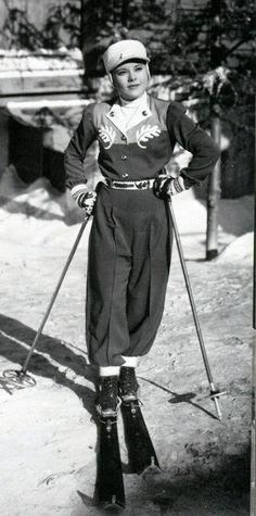 Kunstløpdronning og filmskuespiller Sonja Henie ble født i Kristiania, 1912. Tre olympiske gullmedaljer, og stjerne på Hollywood Walk of Fame, nevnes som høydepunkter. Bildet er fra en filminnspilling i 1939. Kilde:Vintagetumbler