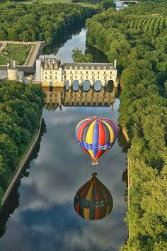 Chenonceau Castle and a ballon reflected on the Cher river