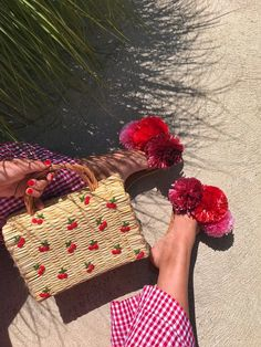 Honestly WTF – A daily dose of fashion discoveries and inspirations, contributed by a stylist and a designer who both see the world through rose-colored shades. Diy Straw, Straw Bag, Accesorios Casual, Basket Bag, Rattan Basket, All About Fashion, Fashion Handbags, Diy Fashion, Fashion Group