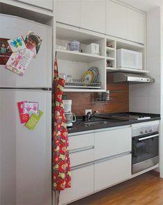 Armários de cozinha + backsplash e chão de madeira.