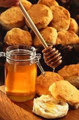 Honey is a natural, sweet and healthy food that is made by bees from the nectar in flowers. Besides being a natural antibacterial, honey has many more positive health benefits. Read on to learn about the many health benefits of honey. Herbal Remedies, Home Remedies, Natural Remedies, Health Remedies, Sleep Remedies, Cough Remedies, Honey And Cinnamon Cures, Honey Benefits, Health Benefits