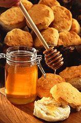 AMIGDALITIS: Mezclar los siguientes elementos:  1 cucharada de miel,  1 cucharada de sidra (vinagre) de manzana  8 onzas de agua tibia  Luego, tomar lentamente en sorbos sin que se enfríe.  Yo sufro mucho de anginas y esto me calma muchísimo. ;)  Este remedio es de la casa, de mi abuela ;), efectividad grande!! Enviado por Iñigo.
