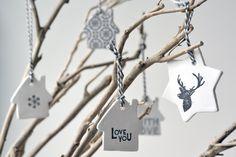 Bestempelde hangers van zelfdrogende klei
