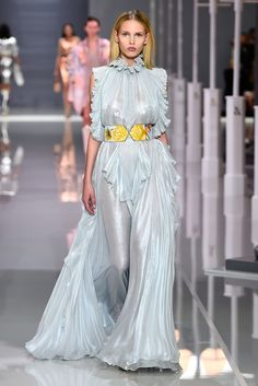 Ralph & Russo Spring 2018 Ready-to-Wear Fashion Show Collection: See the complete Ralph & Russo Spring 2018 Ready-to-Wear collection. Look 18 Women's Dresses, Couture Dresses, Evening Dresses, London Fashion Weeks, Style Couture, Haute Couture Fashion, Fashion 2018, Runway Fashion, Fashion Brands