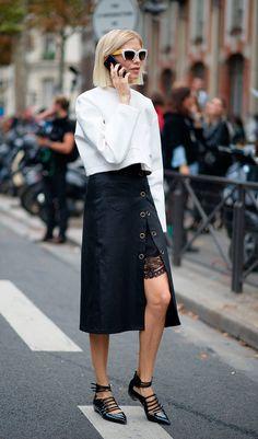 Street style look camisa branca e saia midi.
