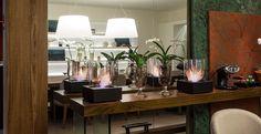 Pequenas e discretas, as lareiras portáteis dão um clima aconchegante em qualquer lugar. A arquiteta Andrea Ottoni apostou no modelo da Construflama para decorar esta sala de jantar.