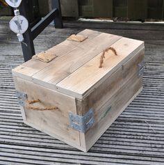 Handgemaakt kistje van oud hout.