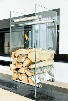 Ein edles Design Kaminholzregal aus Sicherheitsglas von Vetrostyle. Schöne Edelstahlelemte runden das Gesamtbild ab.  http://www.kaminkomplett.de/kaminholzregal-glas/