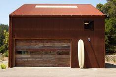 Corten steel siding w/ rustic garage doors Modern Garage, Modern Exterior, Exterior Design, Garage Design, Fence Design, Steel Siding, Steel Barns, Shop Buildings, Steel Buildings