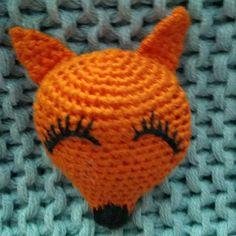 Háčkovaná brož liška Crochet Dolls, Crochet Hats, Beanie, Knitting Hats, Beanies, Beret