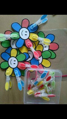 De juiste kleur wasknijper op het juiste kleur bloemblaadje zetten.