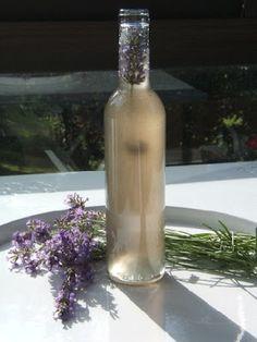 Sirop de Lavande 1/2 litre d'eau 1 kg de sucre 20 g de fleurs de lavande 1 ou 2 pétales d'ibiscus pour une teinte bleue