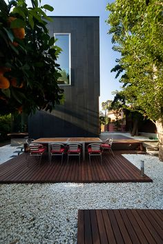 ground level deck with gravel. different deck sections could be terraced Outdoor Rooms, Outdoor Dining, Outdoor Gardens, Outdoor Decor, Ideas Para Decorar Jardines, Ground Level Deck, Design Exterior, Patio Interior, Wood Patio