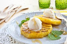 Grilled Pineapple with Cashew Butter and Frozen Yogurt - WorldLifestyle Grilled Desserts, Grilled Fruit, Baking Recipes, Dessert Recipes, Baking Ideas, Snacks Saludables, Low Carb Side Dishes, Cashew Butter, Frozen Yogurt
