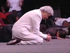 Benny Hinn bows before God 1 (+playlist) Spirit And Rain, Holy Spirit, Worship Songs, Praise And Worship, Hillsong United Oceans, Crystal Cathedral, Perry Stone, Benny Hinn, Pastor
