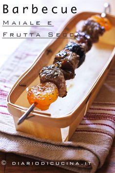 Ricetta spiedini di carne di maiale e frutta secca. gli spiedini di carne di maiale e frutta secca sono perfetti a chiusura della grigliata, quando la ...