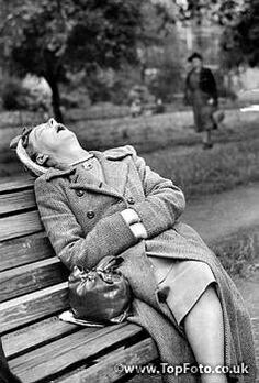 Vivian Maier - Napping in Hyde park Vivian Maier, Old Pictures, Old Photos, Funny Pictures, Black White Photos, Black And White Photography, Capa Do Face, Fotografia Social, Photo Vintage