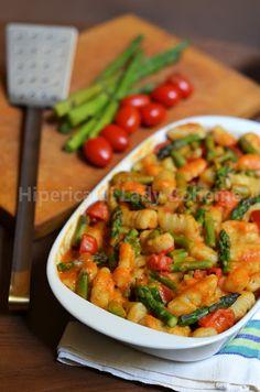 Italian Food - Gnocchi di patate con salsa agli asparagi