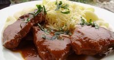 Táto dusená hovädzinka na víne sa podáva s čerstvou cestovinou, posypaná strúhaným syrom. Je to naozaj lahôdka, prevoňaná čerstvými bylinkami. Mäso je šťavnaté a omáčka chuťovo intenzívna. Toto jedlo sa síce pripravuje dlhšie, ale o to viac stojí za to :) Meatloaf, Steak, Ale, Food, Ale Beer, Essen, Steaks, Meals, Yemek