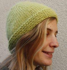 Un bonnet tout simple et bien chaud qui se fait en une pelote. Fourniture: -1 pelote de laine taille 7-8 - aiguilles à tricoter tai...