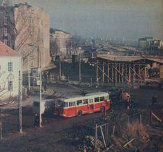 """Warszawa, budowa Trasy Łazienkowskiej """"Stolica"""" 4 grudnia 1973, ul. Rozbrat Ppr, Warsaw, Old Photos, Poland, City Photo, Nostalgia, Mid Century, Building, Historia"""